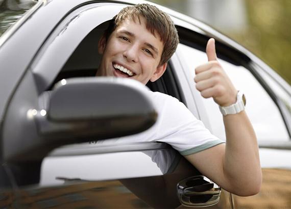 Μαθητής σχολής οδηγών σε επιτυχία
